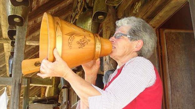 Zur Verstärkung der Stimme benutzt Monika Hofmann eine «Volle», einen hölzernen Milchtrichter.