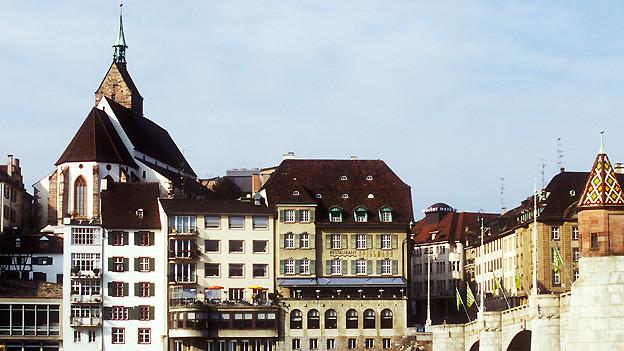 Das linke Rheinufer in Basel mit der Mittleren Brücke und der Martinskirche, aufgenommen am 11. April 2009.