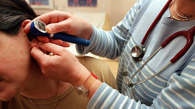 Patientin bei der Hals-Nasen-Ohrenärztin.