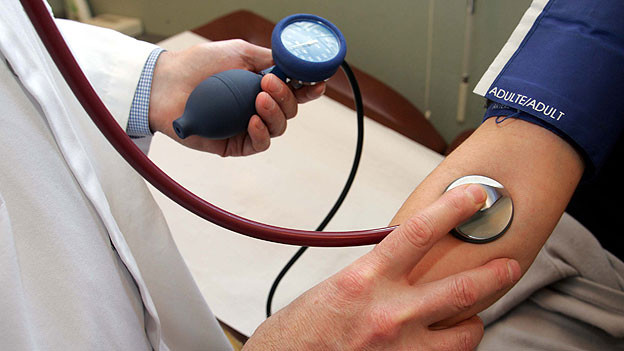 Blutdruckmessen gehört ab einem gewissen Altern zu den unumstrittenen Vorsorge-Untersuchungen.