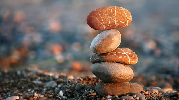 In der Anthroposophischen Medizin geht es in erster Linie ums Gleichgewicht. Für die Erhaltung des inneren Gleichgewichts sind viele verschiedene Faktoren entscheidend, was der Aufbau dieser Steinskulptur symbolisiert.