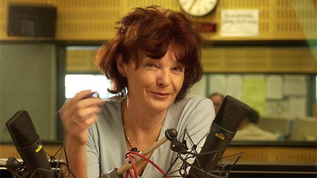 Moderatorin Rosemarie Wolf 2002 im Studio von DRS Musikwelle.