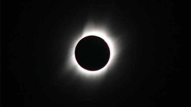 Die Sonnenkorona ist die sehr dünne Atmospäre der Sonne. Von blossem Auge kann man sie nur zu Beginn und am Ende einer totalen Sonnenfinsternis sehen.