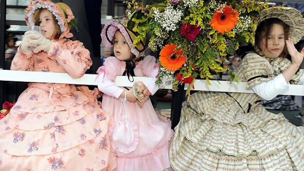 Ein ähnliches Bild wie vor 65 Jahren: Kinder in alten Kostümen am Kinderumzug vor dem Zürcher Sechseläuten.