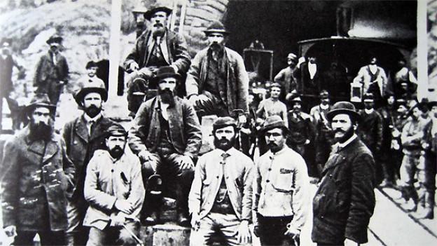 Bauarbeiter in Airolo um 1880.