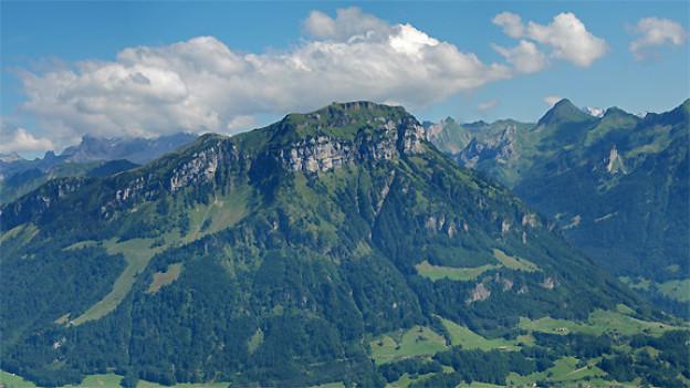 Unter dem Fronalpstock verläuft ein 2793 Meter langer Tunnel der Gotthardbahn. Der Durschlag im Tunnel erfolgte im Mai 1946, eröffnet wurde er 1948.