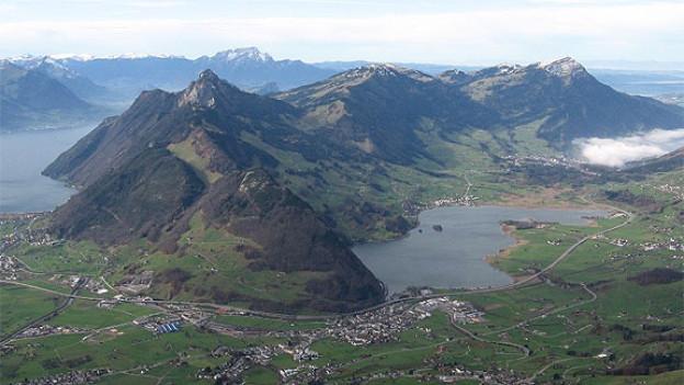 Das ganze Massiv der Rigi von Osten gesehen, rechts mit der Antenne Rigi Kulm.