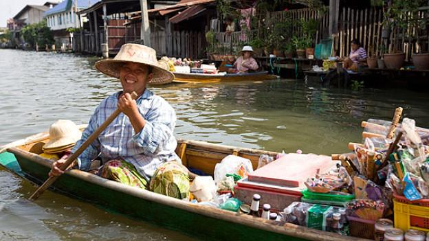 Markthandel am Flussufer oder auf dem Fluss gehört heute noch zum alltäglichen Bild in der thailändischen Hauptstadt Bangkok.
