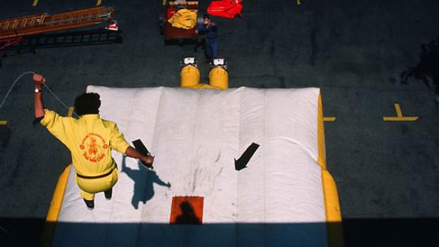 Roland Jeannerets Sprung auf den Sprungretter während dem «FüürWehrChehr» vom 1987.