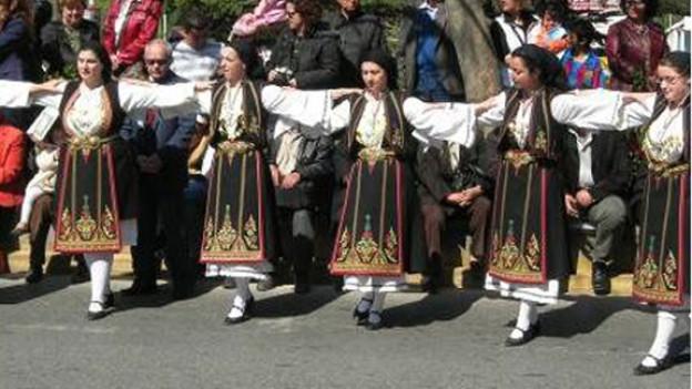 Traditioneller griechischer Kalamatianos-Tanz in Kostümen.