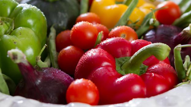 Statt immer nur Cervelat mit Mayonnaise empfiehlt Christa ihrem Schwiegervater Karl ab und zu Gemüse zu dämpfen.