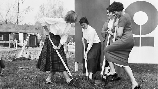 Chefarchitektin Annemarie Hubacher-Constam (r.) mit drei Frauen beim Spatenstich der SAFFA 58 im Jahre 1957. Die Schweizerische Ausstellung für Frauenarbeit SAFFA fand auf der Landiwiese in Zürich statt.