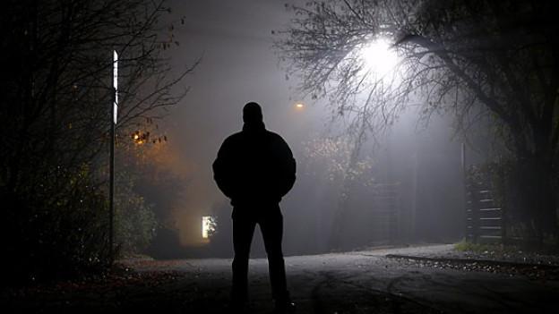 Der Weg durch einsame, unheimliche Gassen geht man ungern alleine, noch dazu wenn einem dabei dunkle Gestalten begegnen.