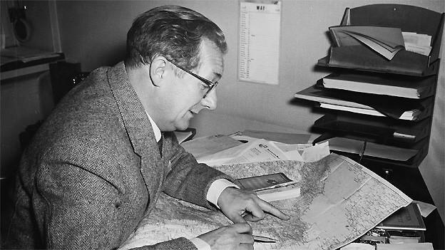 Reporter und Redaktor Arthur Welti 1953 bei der Arbeit im Studio Zürich.