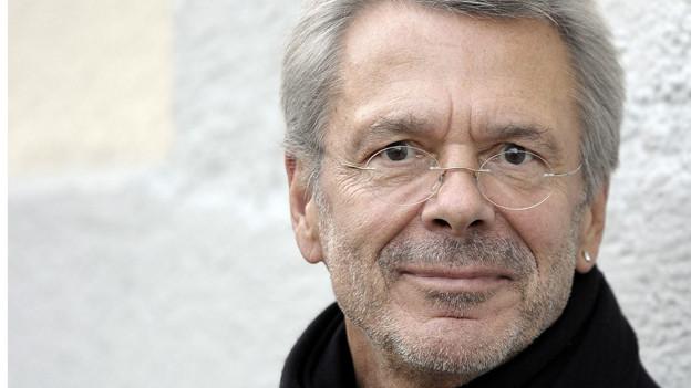 Reinhard Mey sieht sich selber eher als poetischen Liedermacher. Seine Liedtexte beinhalten dennoch viele politische Aspekte.