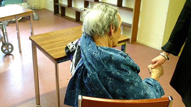 Die Verantwortung an fremde Menschen abzugeben ist nicht immer einfach. Vor dem Eintritt in ein Alters- und Pflegeheim scheuen sich demnach viele.