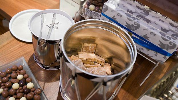 Eine offene Trommel, gefüllt mit feinen Keksen.