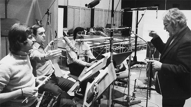 Paul Burkhard (r.) 1970 mit Musikern des Unterhaltungs-Orchesters Beromünster (v.l.n.r.) Hans Peters, Franz David, Fernando Vicencio.