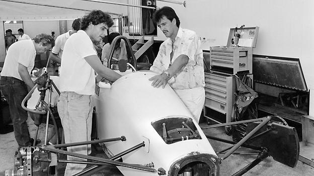 Ein Bild aus alten Tagen: Walter Brun, Chef des Formel 1-Rennstalls EuroBrun bespricht sich 1988 bei einer Testfahrt mit dem Schweizer Autorennfahrer Gregor Foitek.