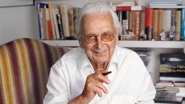 Porträt von Walter Roderer (1920-2012), aufgenommen am 20. Juni 2005 in seinem Arbeitszimmer in Illnau.