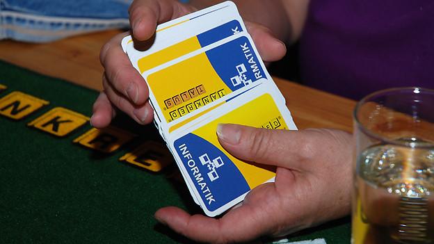 Ein Spieler mischt die Jasskarten.