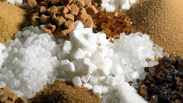 Zucker mit unterschiedlicher Konsistenz in verschiedenen Farben.