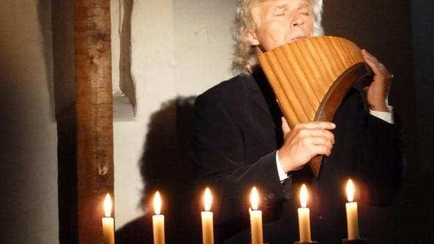 Edward Simoni spielt bevorzugt in Kirchen auf-so auch während seiner aktuellen Tournee.