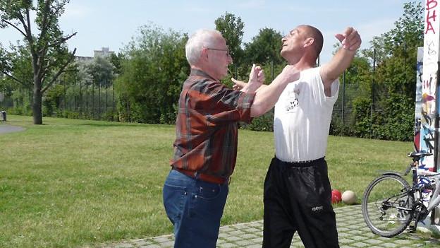 Die Pro Senectute bietet für Seniorinnen und Senioren Kurs in Selbstverteidigung an. Dort lernen ältere Menschen, sich mit einfachen Mitteln zu Wehr zu setzen.