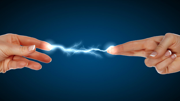 zwei Finger zeigen auf einander.. dabei überträgt sich elektrische Ladung in Form eines Blitzes.