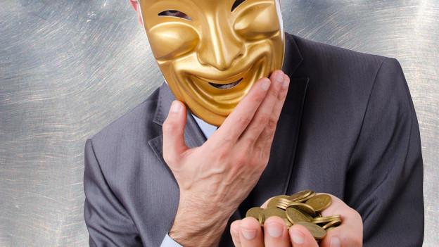 Ein Mann mit einer goldenen Gesichtsmaske hält in der Hand ein paar goldene Münzen.