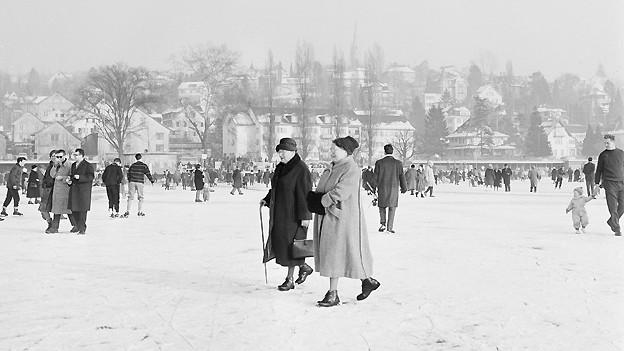 Ein äusserst seltenes Bild: Menschen vergnügen sich auf dem zugefrorenen Zürichsee während der Seegfrörni Ende Januar 1963.