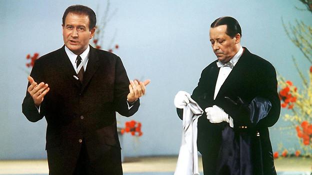 Hans-Jochaim Kulenkampff (1921-1998) und «Butler» Martin: Am 13. Januar 1968 kann das Schweizer Fernsehpublikum die Sendung «Einer wird gewinnen» erstmals in Farbe geniessen.
