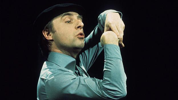Der Kabarettist mit einer Art pantomimischer Pose.