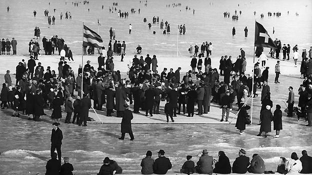 Stelldichein mit Ständchen auf dem zugefrorenen Bodensee: Am 7. Februar 1963 überquerten die ersten Wagemutigen den Bodensee auf dem Eis zwischen Altnau TG und Hagnau (D). Es war das bisher letzte Mal, dass man den Bodensee auf einer Eisfläche überqueren konnte.