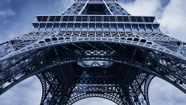 Ursprünglich als temporäres Bauwerk für die Weltausstellung von 1889 erbaut, wurde der Eiffelturm mit den Jahren zum Wahrzeichen von Paris.