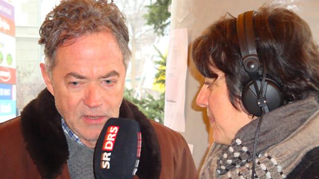 Josef Reinhardt, Projektverantwortlicher für die Aktion «2 x Weihnachten», im Gespräch mit DRS Musikwelle-Moderatorin Pia Kaeser.
