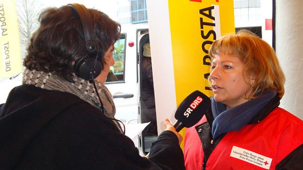 Ingrid Schneuwly (r.), Koordinatorin für die Freiwilligenarbeit der Aktion «2 x Weihnachten», im Gespräch mit DRS Musikwelle-Moderatorin Pia Kaeser.