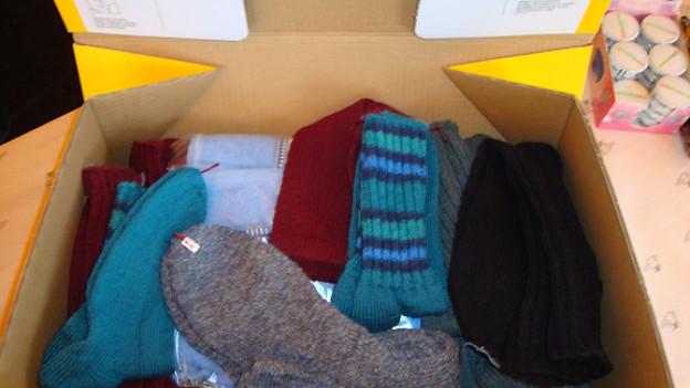 Ein Paket voller selbst gestrickter, warmer Socken für die Aktion «2 x Weihnachten».