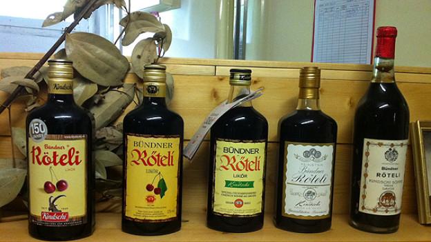 Die über 150jährige Firmengeschichte spiegelt sich im Wandel der Röteli-Etikette (v.r.n.l.)