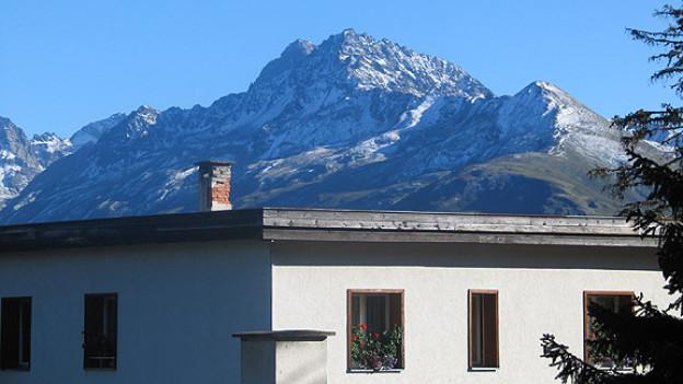 Typische Davoser Kombination: Flachdächer in der Bergidylle.