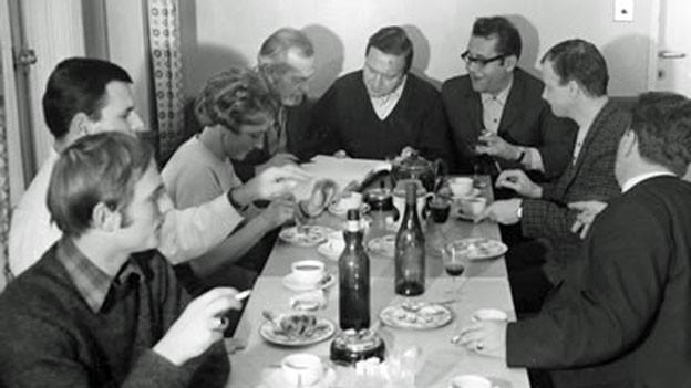 Regisseur Hans Hausmann (Mitte) und ein Teil der Mitwirkenden bei den Vorbereitungen zu den Hörspielaufnahmen im Radiostudio Basel.