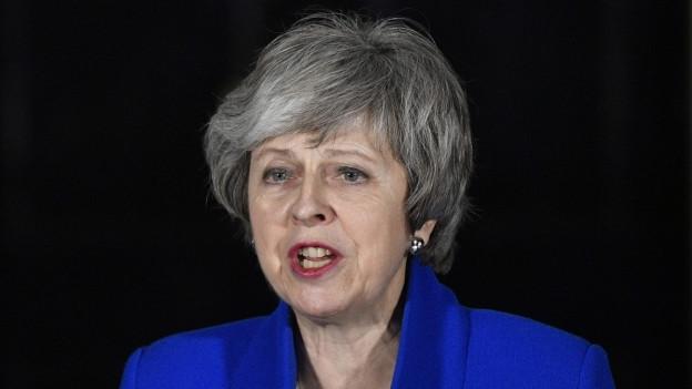 Theresa May hat das Misstrauensvotum überstanden und will nun das Gespräch mit der Opposition suchen.