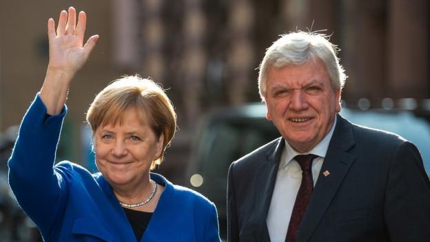 Bundeskanzlerin Angela Merkel und Volker Bouffier - Ministerpräsident von Hessen winken in die Kamera