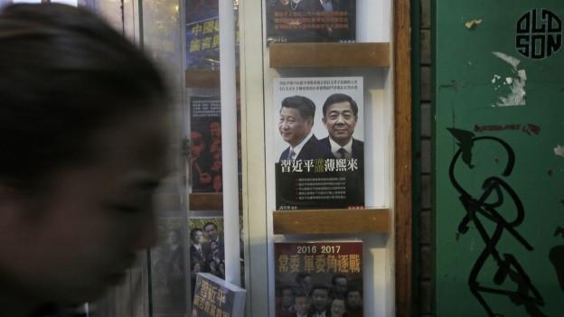 Buchladen in Hongkong, auch er ist mittlerweile geschlossen. Eine Frau läuft vorbei, im Hintergrund Bücher über chinesische Politiker