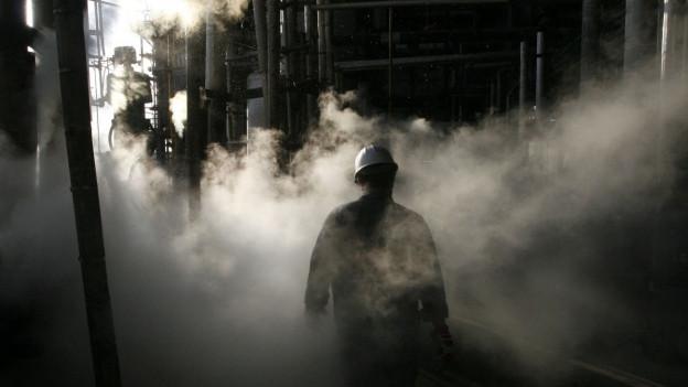Unruhige Zeiten für die Iranische Erdölindustrie - Ein Arbeiter in einer Erdölraffinerie in der Nähe von Teheran
