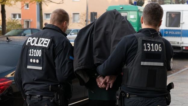 Festnahme bei einer Razzia gegen Mitglieder arabischstämmiger Clans in Berlin.