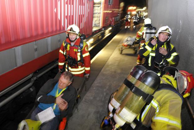 Szenen einer Uebung: Retter und Figuranten im Lötschberg-Basistunnel
