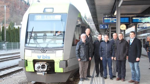 Neuer Zug in einem Bahnhof.