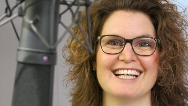 Brigitte Müller neben einem Radio-Mikrofon.