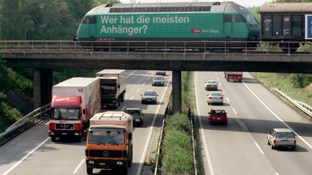 Eisenbahnverkehr und Strassenverkehr «treffen» sich bei der Autobahn A1 in Derendingen.